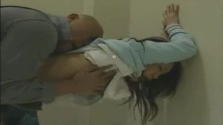 美少女がビルの階段でおやじにレイプされる動画